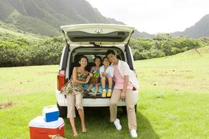 日本人家族と車の写真素材 [FYI04038149]