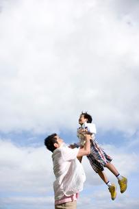 抱っこする日本人の父と息子の写真素材 [FYI04038150]