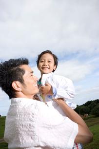 抱っこする日本人の父と息子の写真素材 [FYI04038151]