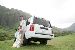 日本人の父と息子と車の写真素材 [FYI04038155]