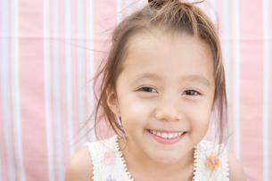 笑顔の女の子の写真素材 [FYI04038162]