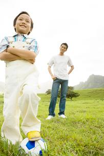サッカーボールと男の子と男性の写真素材 [FYI04038164]
