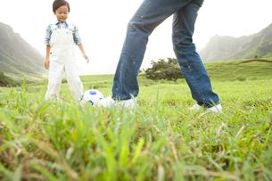 サッカーボールと男の子と男性の写真素材 [FYI04038165]