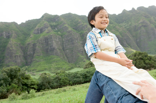 父の膝に乗る男の子の写真素材 [FYI04038166]