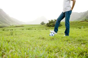 サッカーボールと男性の写真素材 [FYI04038167]