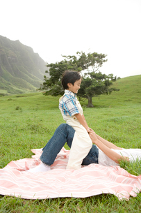 父の膝に乗る男の子の写真素材 [FYI04038169]
