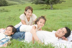屋外に座る日本人家族の写真素材 [FYI04038174]