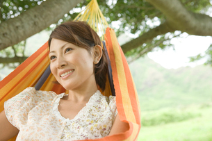 ハンモックの日本人女性の写真素材 [FYI04038180]