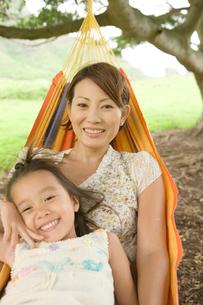 ハンモックの日本人の母と娘の写真素材 [FYI04038181]