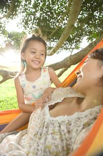 ハンモックの日本人の母と娘の写真素材 [FYI04038186]