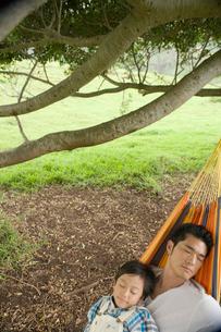 ハンモックの日本人の父と息子の写真素材 [FYI04038191]