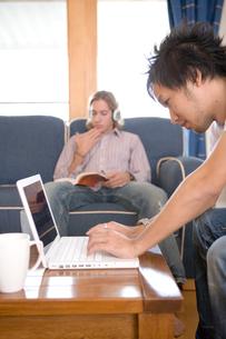 パソコンをする日本人男性の写真素材 [FYI04038209]