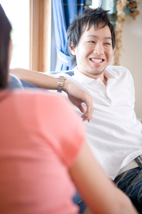 談笑する日本人男性の写真素材 [FYI04038210]