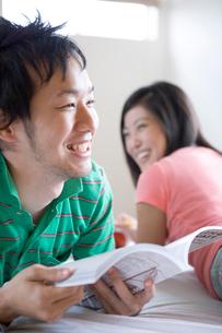 談笑する日本人カップルの写真素材 [FYI04038218]