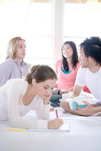 勉強する多国籍学生の写真素材 [FYI04038229]
