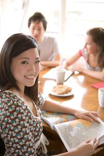 日本人女性と友人の写真素材 [FYI04038236]