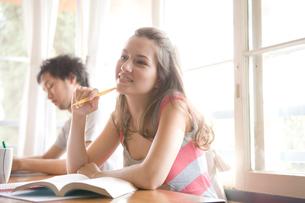 勉強する白人女性の写真素材 [FYI04038240]