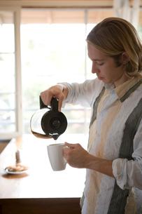 コーヒーを注ぐ白人男性の写真素材 [FYI04038244]