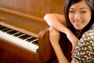 ピアノと日本人女性の写真素材 [FYI04038252]