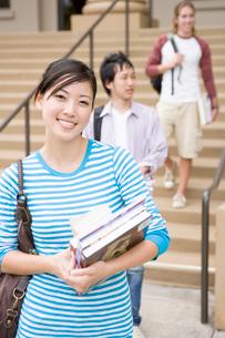 キャンパスの日本人と白人学生の写真素材 [FYI04038254]
