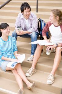 キャンパスの日本人と白人学生の写真素材 [FYI04038258]