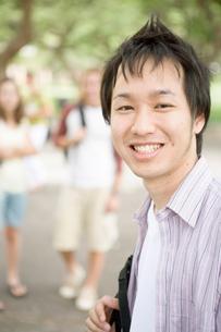 キャンパスの日本人男性の写真素材 [FYI04038266]