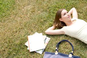 芝生に寝る白人女性の写真素材 [FYI04038271]