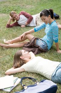 芝生でくつろぐ多国籍学生の写真素材 [FYI04038273]