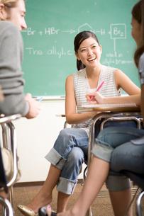 教室の多国籍学生の写真素材 [FYI04038281]