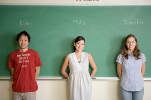 黒板の前の多国籍学生の写真素材 [FYI04038284]