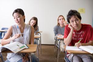 教室の多国籍学生の写真素材 [FYI04038286]