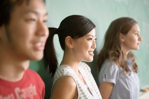 黒板の前の多国籍学生の写真素材 [FYI04038288]