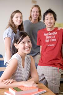 笑顔の多国籍学生の写真素材 [FYI04038302]