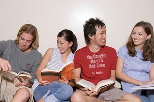 本を読む多国籍学生の写真素材 [FYI04038306]