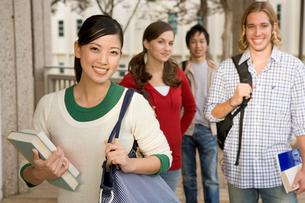 キャンパスの多国籍学生の写真素材 [FYI04038307]