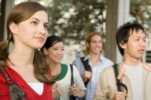 キャンパスの多国籍学生の写真素材 [FYI04038308]