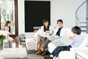 リビングでくつろぐ日本人の家族の写真素材 [FYI04038597]