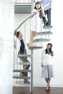 階段にいる日本人の家族の写真素材 [FYI04038602]