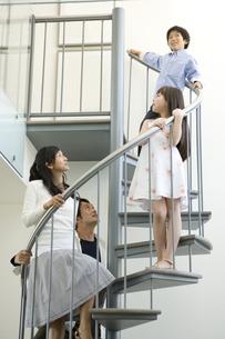 階段にいる日本人の家族の写真素材 [FYI04038603]