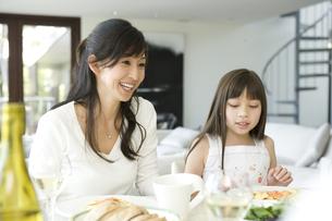 食事する日本人の母と娘の写真素材 [FYI04038608]