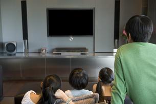 テレビを見る日本人家族の写真素材 [FYI04038628]