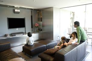 テレビを見る日本人家族の写真素材 [FYI04038633]