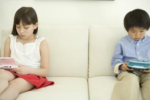 ゲームをする日本人の姉と弟の写真素材 [FYI04038661]