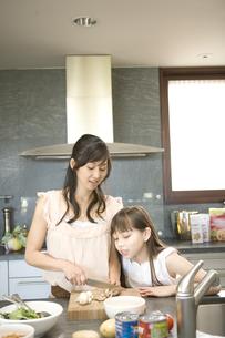 料理をする日本人の母と娘の写真素材 [FYI04038665]