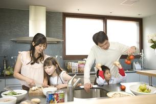 料理をする日本人の家族の写真素材 [FYI04038669]