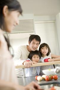 料理をする日本人の家族の写真素材 [FYI04038671]