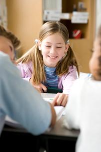 教室で楽しく会話する子供達の写真素材 [FYI04038699]