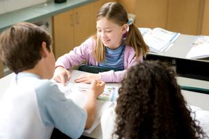 教室で楽しく会話する子供達の写真素材 [FYI04038701]