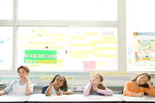 教室で勉強する子供達の写真素材 [FYI04038719]