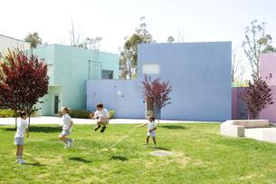 グラウンドで縄跳びをする子供達の写真素材 [FYI04038747]
